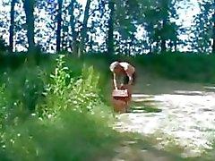 söpö Teen ja vanha mies Outdoor Eroottinen metsässä
