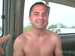 Straight guy se fait ses Dick sucé gaie dans le bus de sexuels