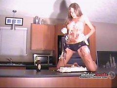 Messy murskattua kakun kermavaahto alasti striptease bikinit