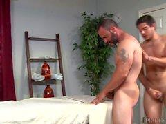 Verletzte Jock Dicks Hot Daddy Masseur auf Massagetisch
