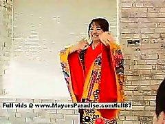 Miina fille canon renversante poupée de chinoise obtient des mamelons léché et palpa foufoune