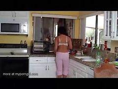 Tyttäresi hoitelee isälle jolloin äitinsä on cooking
