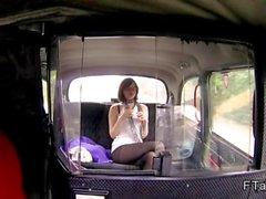 Bruna britannica masturba e gli succhia nel falso in taxi