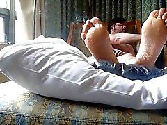 Rauchen und Füße im Bett