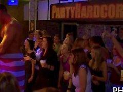 Filthy chicks fahren sich auf eine hunky Stripper