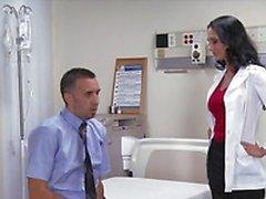 Big- tit brunette lutka lääkäri Ava Addams ratsastaa potilaan munaa