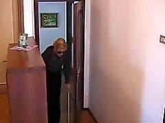 Italiaanse oma wordt geneukt door 2 mannen