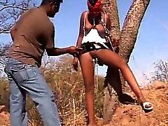 schiava sessuale african venga di avvio sculacciate mentre viene legata a albero