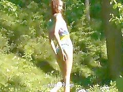 Fingering la vagina nella foresta