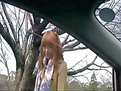 Menina negócios energético com um botão de rosa pioneiro que alguns se masturbando no carro