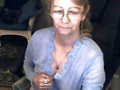 Mooie oma met een bril 3