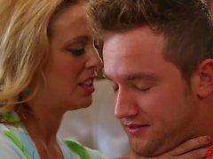 Два горячих MILF соблазняют молодого стада Alyssa Lynn Britney Amber