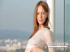 Привлекательный Глории снятия свою одежда на улице