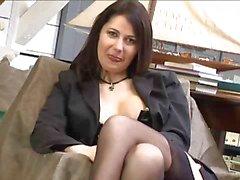 Rondborstige brunette in zwarte kousen poseren