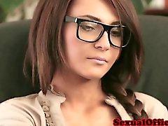 Gözlüklü beautiful Sekreteri büro üzerinde dövdü