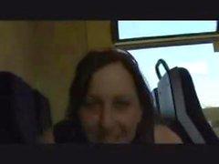 Gullig flicka tåget blinkar