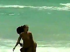 Poupées sur la plage dans l'eau