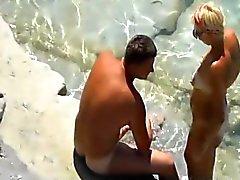 pareja follando en una playa
