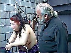 Aux gros nichons d'épaisseur court Kinky esclave fille de est fouetté et abusé dans le donjon sexuelle