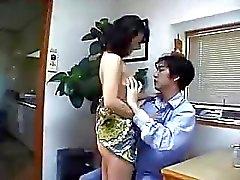 Mãe japonesa Encontra caralho em casa!
