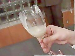 Realen Asiatische Teenager Getränke mit von Glas in Amateur Gruppensex Junge