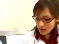 Enfermeira asiática avidamente chupando pau paciente