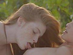 лесбиянок облизывая друг с другом по лежака