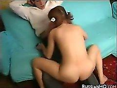 Русским подросток получает выебанная