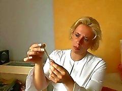 Tysk sjuksköterska ger första hjälpen till den Wounded - Cireman