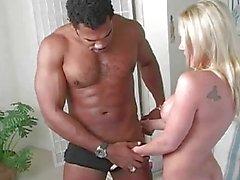 Bionda tettona Bridgette fa di gangbang anal