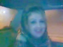 hijab meisje blaast in de auto