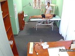 Brunette infirmière fucking à l'hôpital