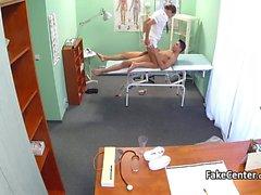 Brunette enfermeira porra no hospital
