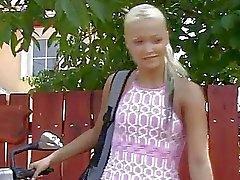 Sexy tiener blonde neukt opa in uniform