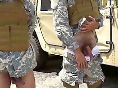 Naken gay snubbe militär fysiska undersökningen och glad army doktor förvari