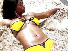 Bikini ebbenhout Kiki Armani krijg een witte pecker