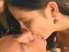 Oldman трахается молодой брюнетки после нахождения её мастурбировать
