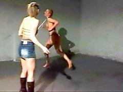 Padrona Larisa addestra di un ponygirl