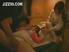 Adolescenti singoli simpatici hanno invaso nel da pranzo treno 02