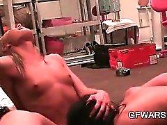 Piccola boobed bisessuali la fica biondo lamiera una forte orgasm