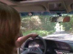 Motorista de carro bate velha prostituta