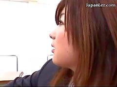 L'écolière De Lèche Doigté Son uniforme de la Teachers chatte sur le bureau dans le en classe