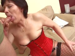 She ruffled the milf in her corset on the couch