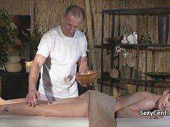 Masaj sırasında beceriyor İnce bebek