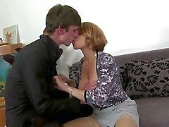 Reizvolles busty Mutter ficken und blasen ihren Sohn nicht