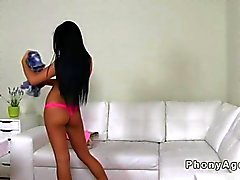Beautiful teen amateur de chevauchant un faux agent