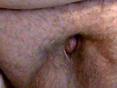 Dikke man met een kleine pik masturbeert .