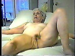 La abuelita te permite masturbarse para su coño.