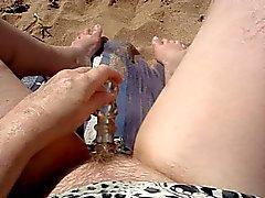 Masturberen samen op het strand deel 2