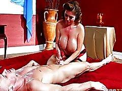 Kianna Dior sıcak bir masaj verir